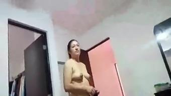 mujer de limpieza desnuda y yo masturbandome (parte 1)