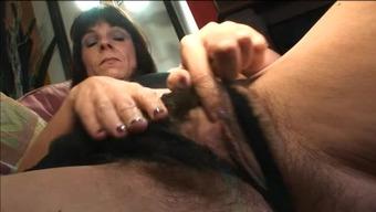 Mature takes a cumshot in her pubic hair