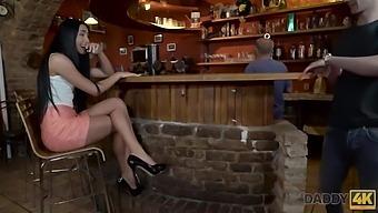 Bonita Morena Copula Con El Viejo Papa De Bf En Un Bar Vacio